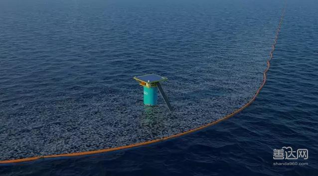 这套设备会在垃圾漂流到 沙滩之前对它们进行拦截 洋流和海洋生物能在拦网之下顺利通过 回收来的塑料 会被运到附近的大电厂 通过一些步骤转换正电 为全岛居民供电 Boyan的努力也开始得到了人们的认可 2014年 他获得了联合国环境署颁发的地球卫士奖