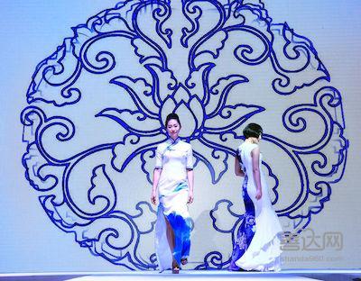 t台上旗袍的唯美身姿与场地的湖水相应成一色,主舞台长笛潇潇与团扇辉